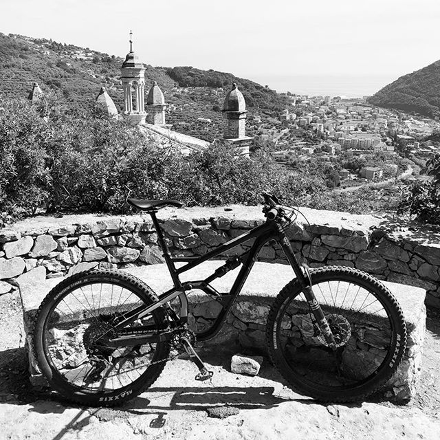 Italia: Standard trailside scenery #churchofdirt #italia #finaleligure #400yearoldsingletrack