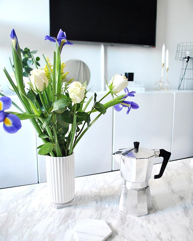 Fresh coffee and flowers every Monday ☕️ 💐 . . #skandidesign #mondaymood #whiteinterior #coffee #freshflowers #interiordesign #marble #whiteandgrey #scandinavianhome #fromwhereisit #interiorstyling #myhome