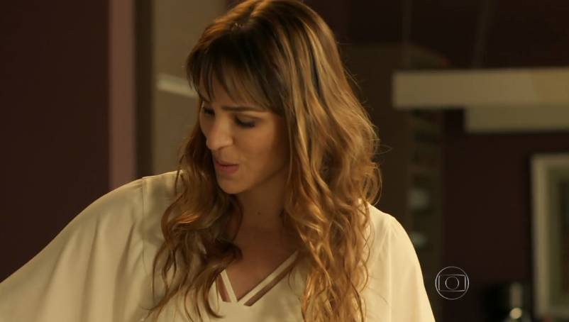 Maria Ribeiro usa blusa Amabilis