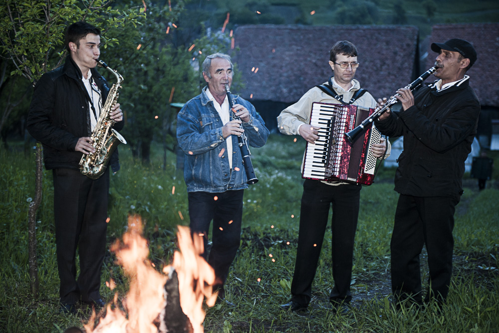 Romanian music troupe around the camp fire in Crit.JPG