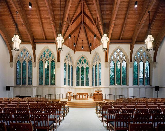 The Duke University Divinity School completed in 2004. The design of the tracery windows and the use of stone are complimentary to the adjacent Duke Chapel. ⠀ 📷: Bryan Becker Photography⠀ #ecclesiastical #architecture #dukeuniversity