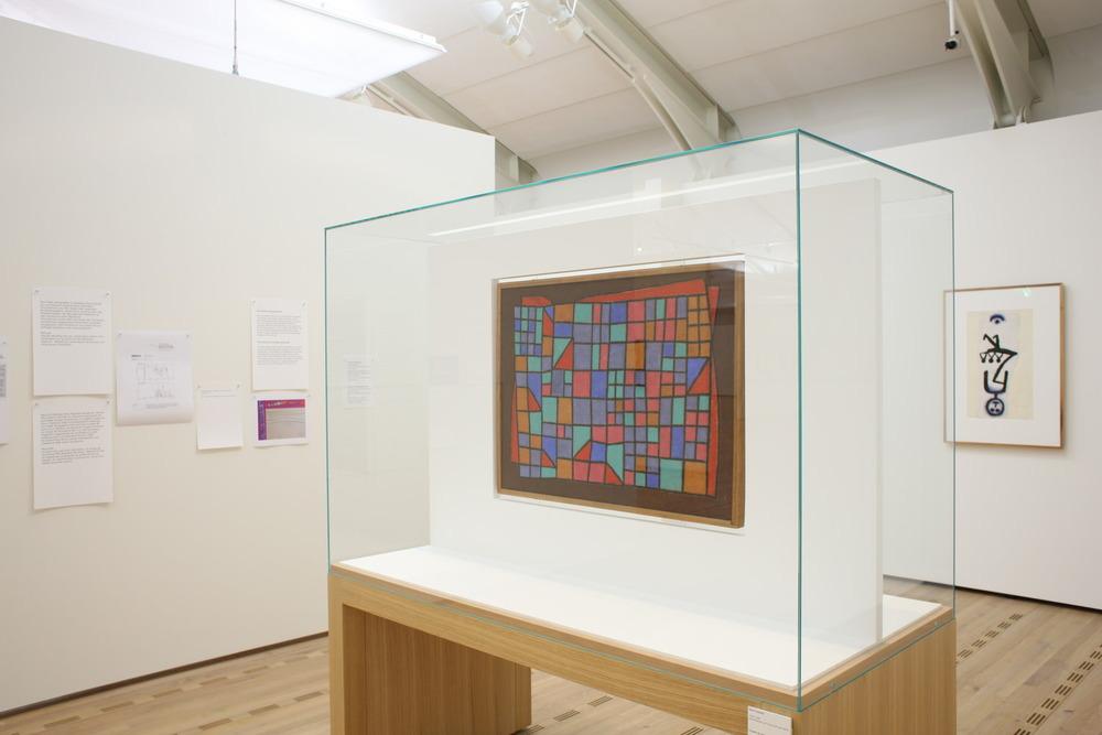 Abb. 9a:Glas-Fassade in der Ausstellung »Paul Klee. Bewegung im Atelier«, Zentrum Paul Klee, 13.9.2008 bis 18.1.2009 © Zentrum Paul Klee, Bern, Bildarchiv