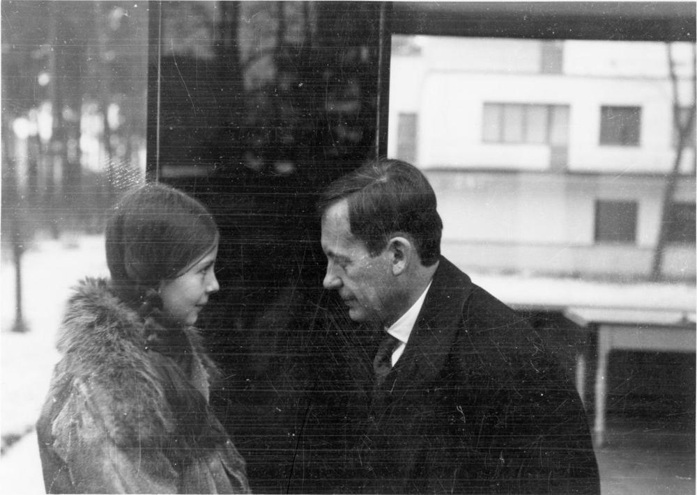 Abb. 11:Walter Gropius und Tochter Manon auf der Veranda des Meisterhauses in Dessau, 1927,Fotograf: Ise Gropius © Bauhaus-Archiv Berlin