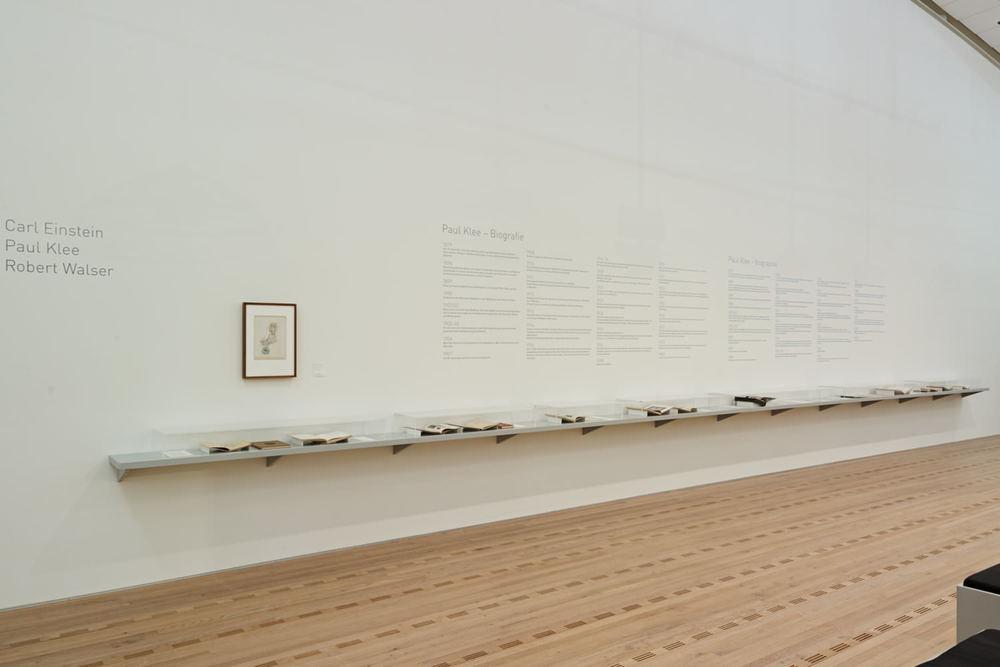 Abb. 3: Wandkonsole mit Autographen und Dokumenten zum Thema der Tagung »Historiografie der Moderne: Carl Einstein, Paul Klee, Robert Walser und die wechselseitige Erhellung der Künste« in der Ausstellung »Paul Klee. Leben und Werk« im Zentrum Paul Klee, Bern 2013/14