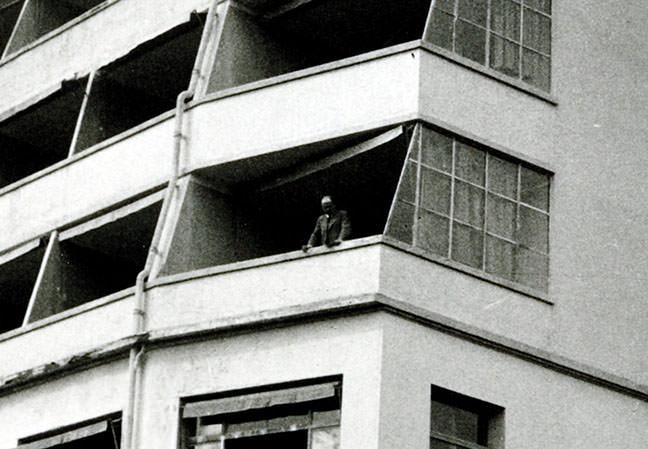 Abb. 7  Paul Klee auf dem Balkon der Pension Cécil, Montana, Ende August/ September 1936  (Ausschnitt), Fotograf: Lily Klee Zentrum Paul Klee, Bern, Schenkung Familie Klee © Zentrum Paul Klee, Bern, Bildarchiv