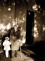 Abb.13  Paul Klee mit Simone, der Tochter von Petra Petitpierre am Murtensee (BE) , September/Oktober 1939, Fotograf: Lily Klee, Zentrum Paul Klee, Bern, Schenkung Familie Klee ©Zentrum Paul Klee, Bern, Bildarchiv