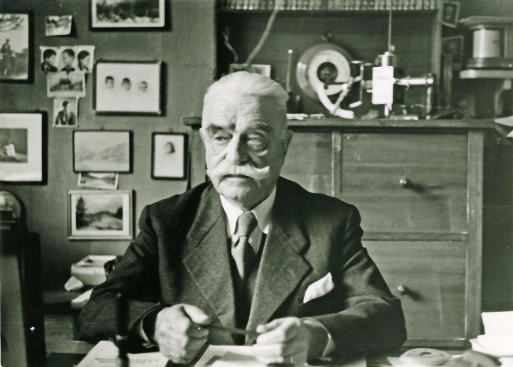Abb. 5  Unbekannt, Berner Internist und Hausarzt von Paul Klee, Dr. med. Gerhard Schorer (1878-1959) in seiner Praxis, Fotografie, 1954. ©Familienarchiv Stössel. Bern.