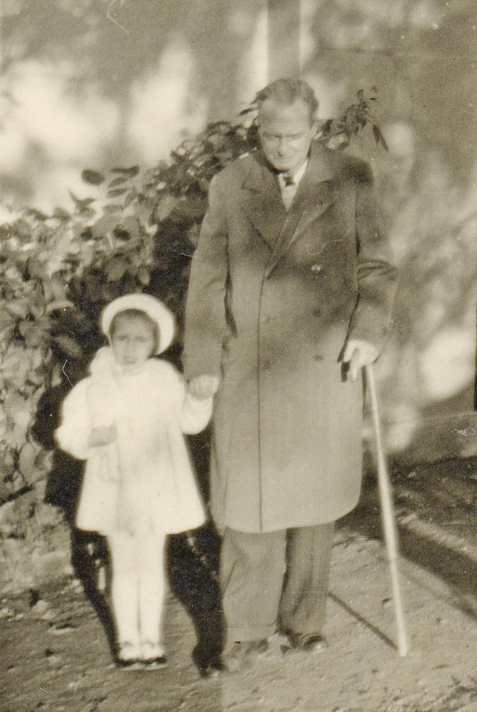 Abb. 17  Lily Klee, Paul Klee mit Simone, der Tochter von Petra Petitpierre am Murtensee (BE), Fotografie, 10.1939. Zentrum Paul Klee, Bern, Schenkung Familie Klee.  © Zentrum Paul Klee, Bern, Bildarchiv.