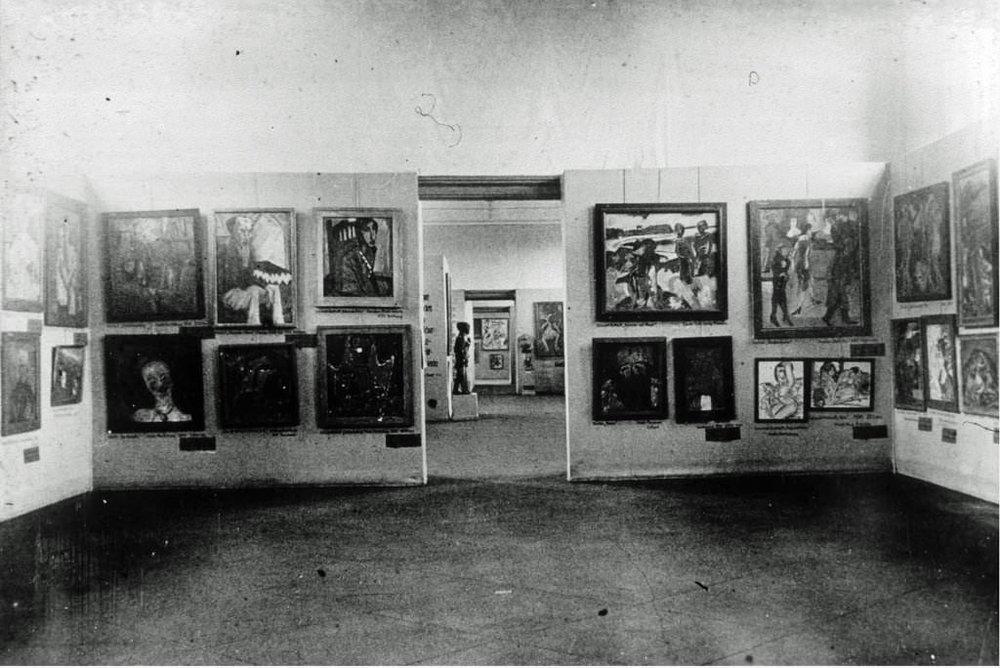 Abb. 11  Blick in die Ausstellung »Entartete Kunst«, München 1937  © Zentrum Paul Klee, Bildarchiv