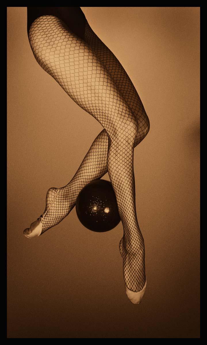 ЗОЛОТЫЕ НОГИ гимнастки Евгении Канаевой. 2010 г. 100х60х3,5 см, глянцевый лак (в наличии).