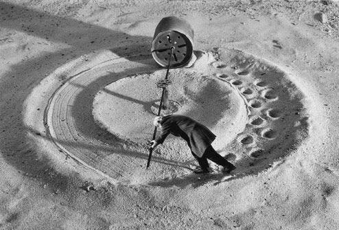 Robert a inventé la machine à effacer en rond ses traces de pas et depuis, il la teste, il la teste, il la teste, il la teste… via le  blog de Jane Véronique
