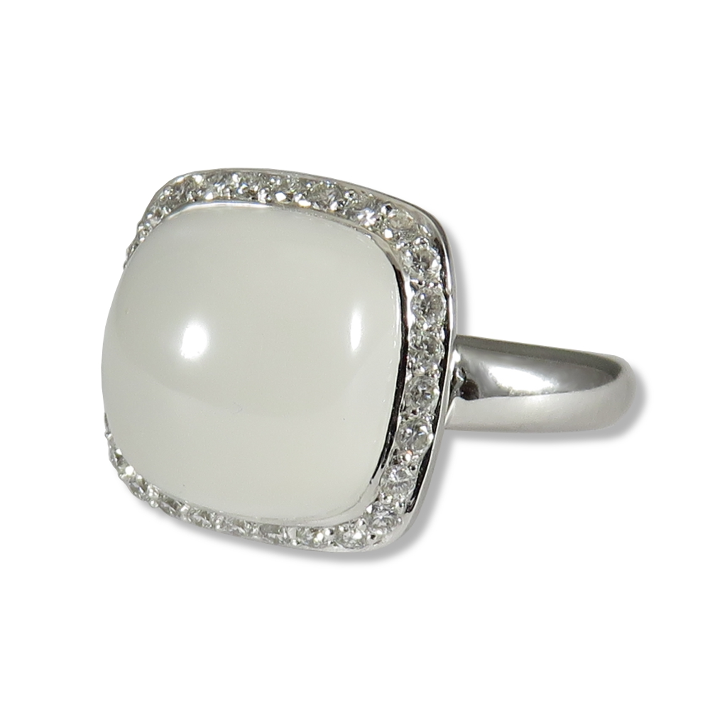 Moonstone ring with 18k white gold with diamonds.