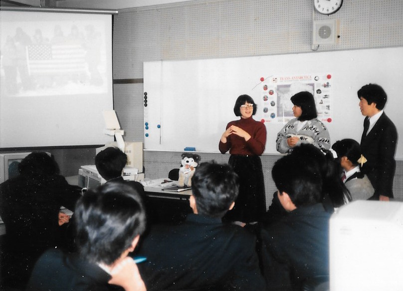 Cathy de Moll visits a school in Nara, Japan, to talk about the Trans-Antarctica Expedition, November 1989. Photographer: Yukio Kondo