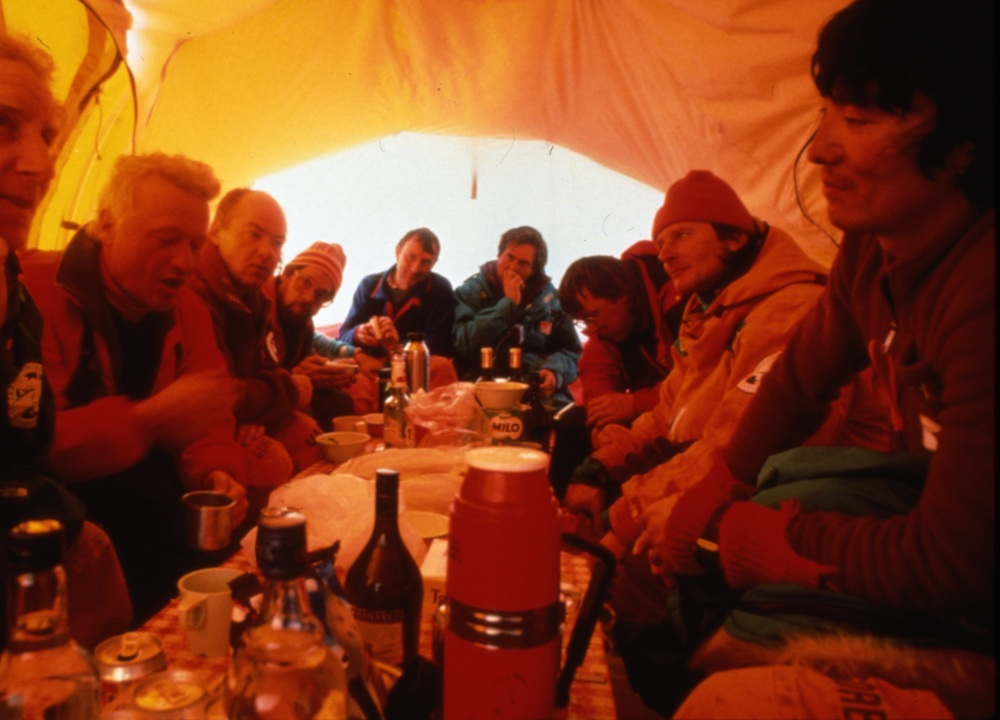Trans-Antaractica expedition team discusses their experience so far with the journalists that had flown to the Patriot Hills base camp, November 1989. Photo ©Will Steger by Gordon Wiltsie
