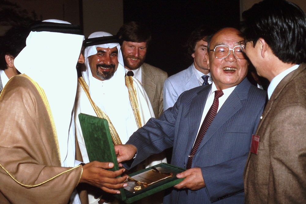 Ibrahim Alam and Mustafa Moammar present a gift to Chinese President Yang Shangkun, May 1990. Photo: Cynthia Mueller