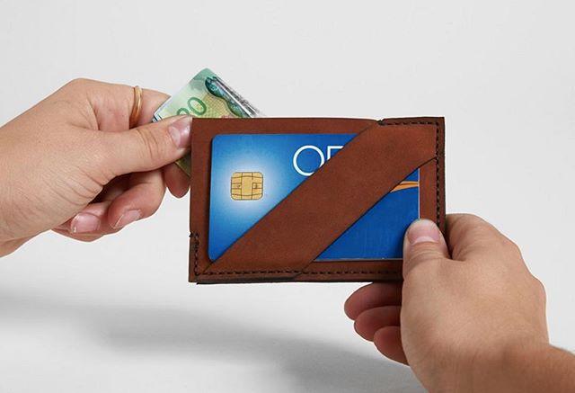 Toujours quelques portes-cartes et portefeuilles de disponibles à 50%. Fais vite!