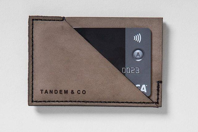 Nous avons trouvé quelques portefeuilles de couleur gris que nous avions faits en édition limitée! Maintenant disponibles sur notre site web. Vous avez jusqu'à demain pour en profiter 🎁