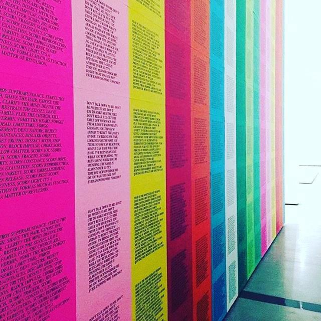 Instalação simples e  incrível no @thebroadmuseum. Regram @designsponge ❤️💗💛💚💙💜