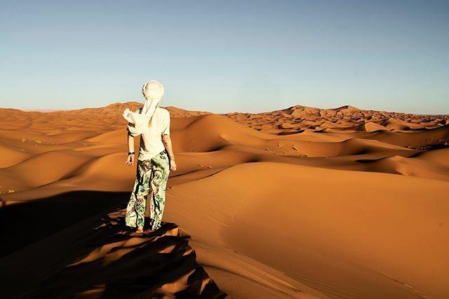Am ende der Blick nach vorne, zum nächsten Abenteurer... hoffentlich mit dir @bilderwald____! Marokko war schon ein einmaliges Erlebnis, so toll die Eindrücke auch sind, das nächste Abenteuer wird mich wieder in eine kältere Klimazone führen! 💫  #desertrose #exploretheworld #becourageous #life #youonlyhaveone #desert #sahara #saharadesert #selfportrait #women #Wüstenkind #träumer #adventure #traveltheworld #photograph #staywild #stayfree #sky #bluesky #visitmarocco #michaelhochfellnerphotogtaphy #roamtheplanet #roamtheworld #berber #kinderder90er #generationy #goodtimes #weekendvibes