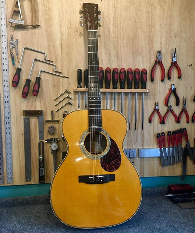 Full setup on this fabulous #johnmayer signature Martin. • • #martin #guitar #acousticguitar #guitartech #luthier #atx #austin #soco #southcongress #whatsonyourbench