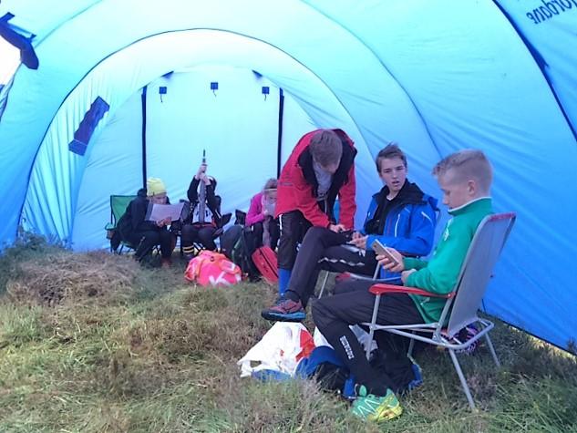 Diskusjoner i teltet mellom løpa.