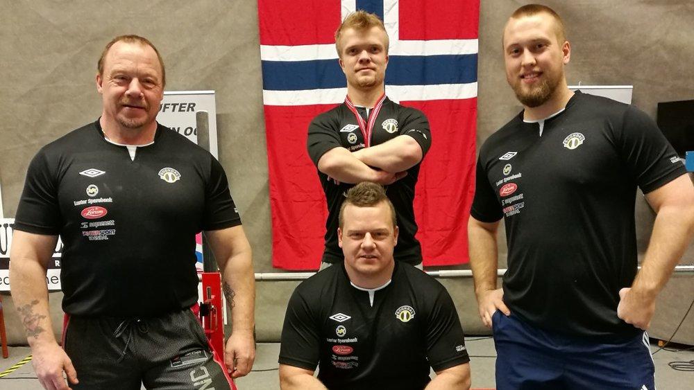 NM i benkpress. Nils Espeseter (t.v.), Tommy Navarsete (midten framme), Fredrik Eskil Myrvang (midten bak), Roger Navarsete (t.h.).