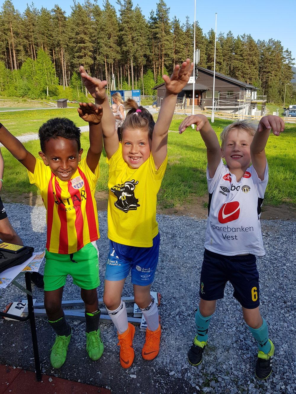3 glade og nøgde gutar etter fullført fotballtrening og orientering: Ali, Isak og Theo