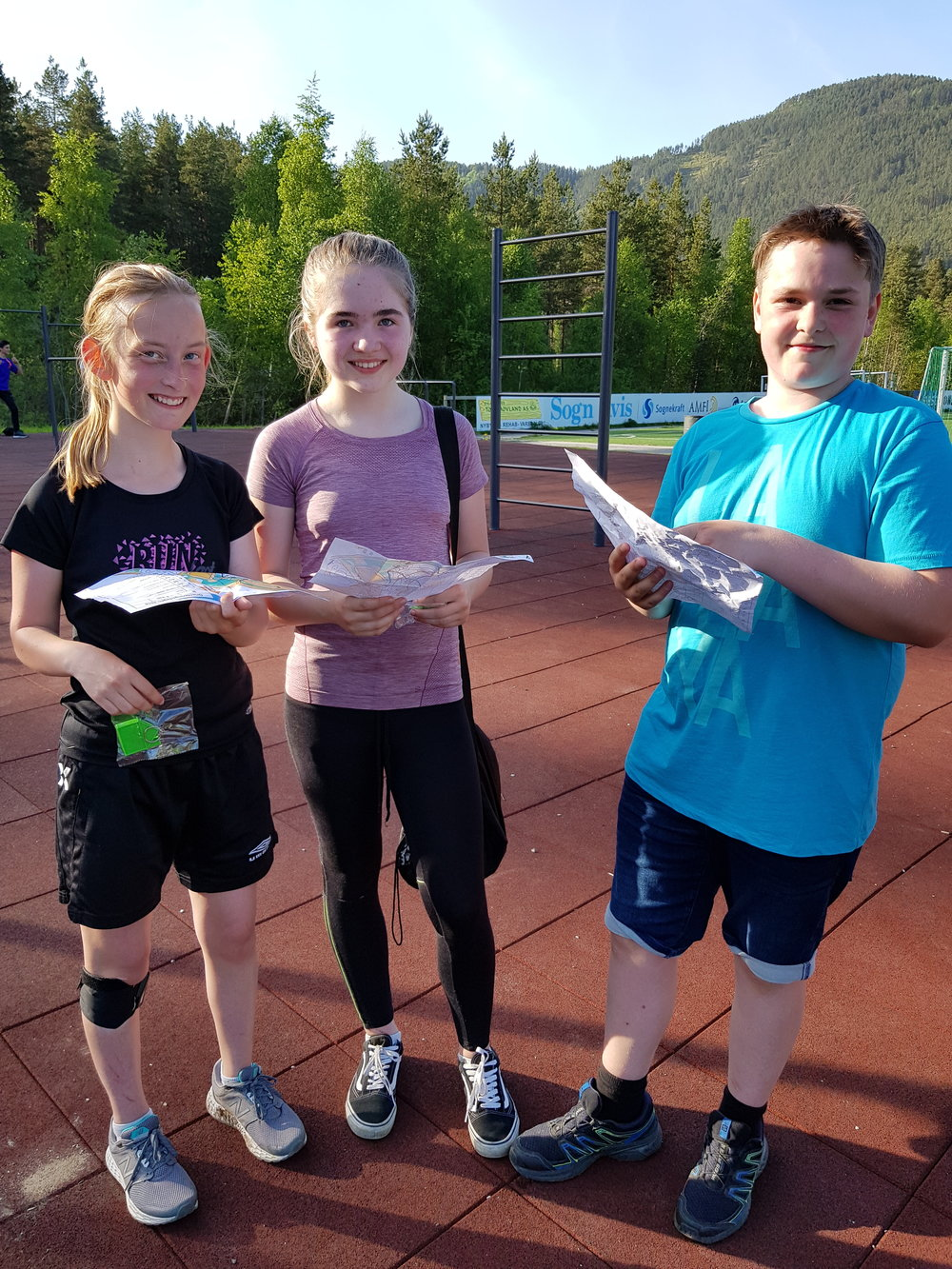 8.klassingane Thea, Olivia og Jonas deltok som del av kroppsøvinga på Kaupanger skule