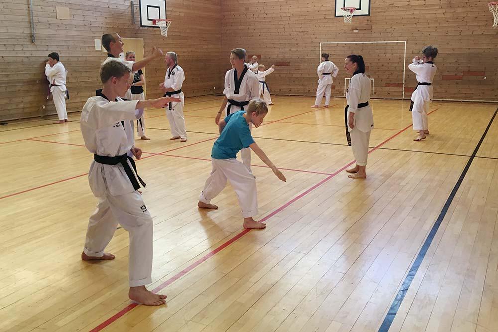Allereie måndag var gjengen i full gang med å lære nye mønster og teknikkar. Foto: Privat