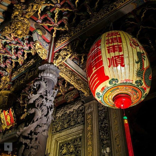 The Lungshan Temple of Manka, in the heart of Taipei, was originally built in 1738. It has been destroyed in numerous earthquakes, fires and bombing raids over the years but the resilience of the Taiwanese community have rebuilt it it every time.  A must see for travelers in Taiwan :) #nudiscover #travel #taiwan #台湾 #temple #detail #architecture #lantern #nothingunknown