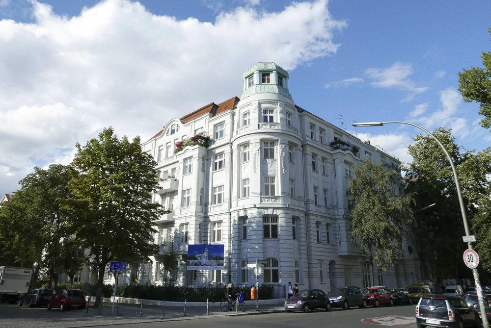 01-White_Arrow-Paul-Lincke-Ufer-Apartment.JPG