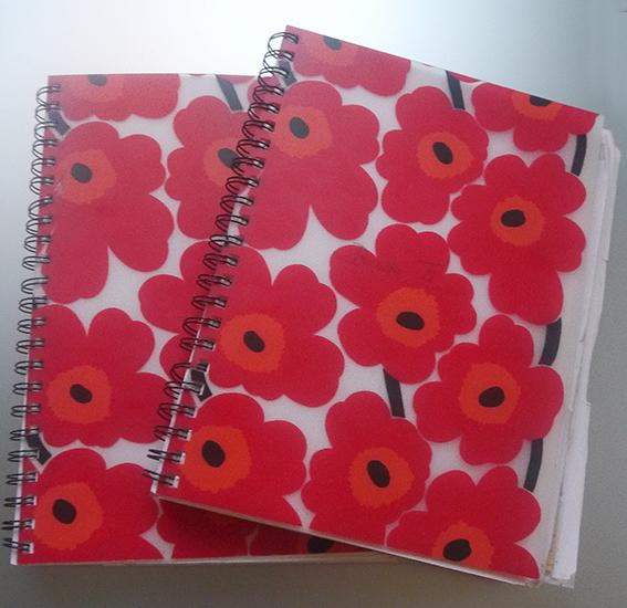 En rødblomstrete Marimekko-bok ble to i antall i løpet mitt sykeleie. Eldstebroen min skrev hver en dag, foruten for venner og resterende familie, som la igjen en hilsen til meg.