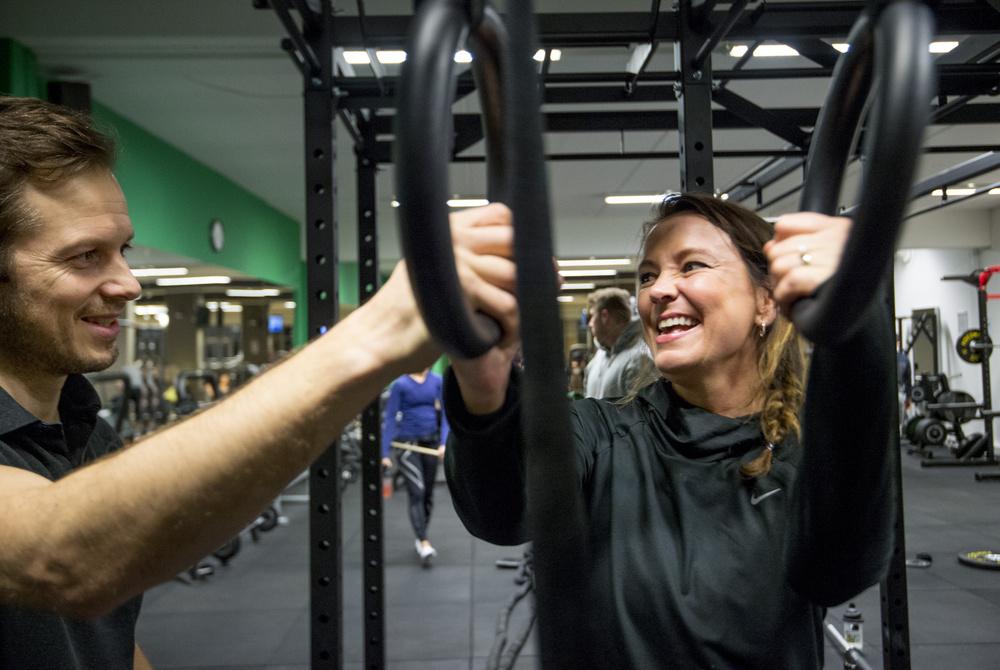 - Det nytter å trene, gliser jeg til min trener Henrik.Foto: Helge Mikalsen. VG
