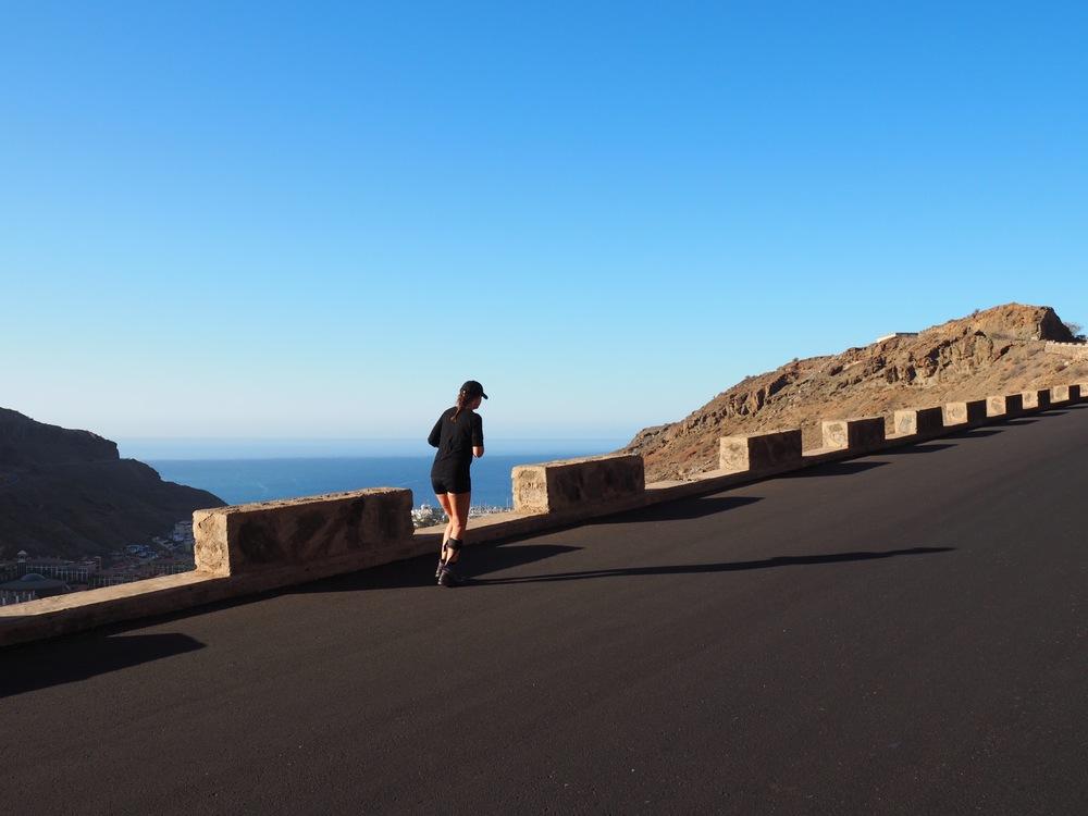 Våren 2015 er jeg på vei oppover bakkene i Mogan. Denne gangen skal jeg nå toppen!Foto: Bente Cecilie Bergan.
