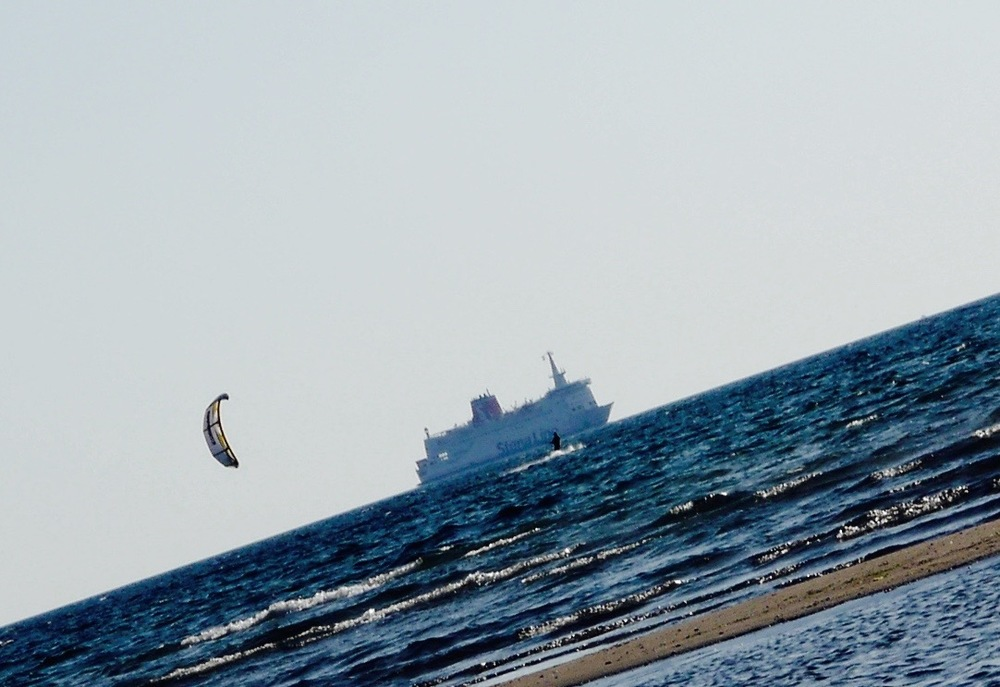 Kjæresten min kitet, og båten fra Stena Line kommer inn fra Danmark i bakgrunnen.