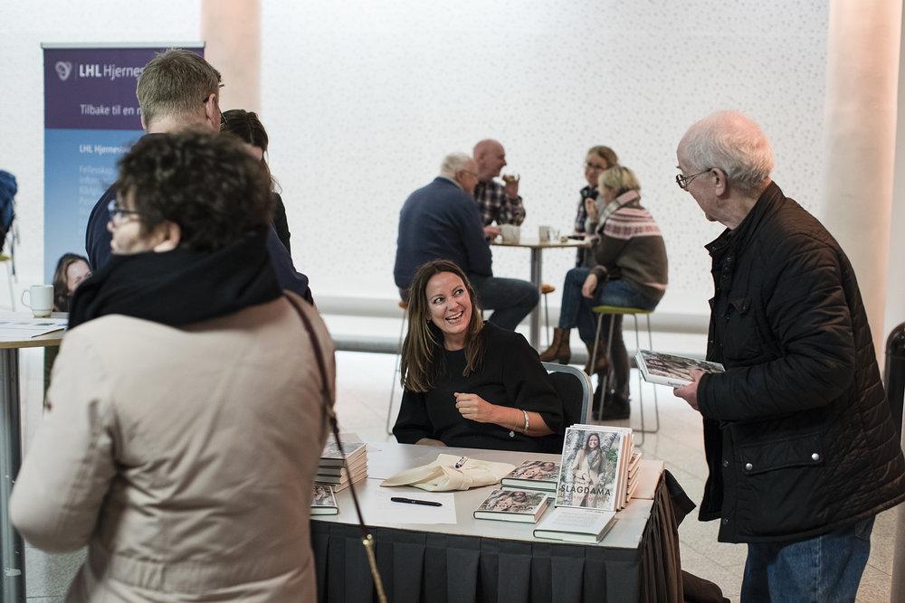 Jeg signerer bøker. Foto: Christopher Olssøn.