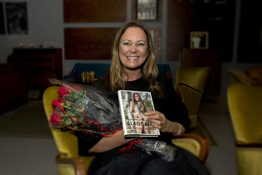 - Bloggen er blitt bok, strålte jeg lykkelig på boklanseringen i Brattvåg. Foto: Hilde Beate Ellingsæter/Nordre.