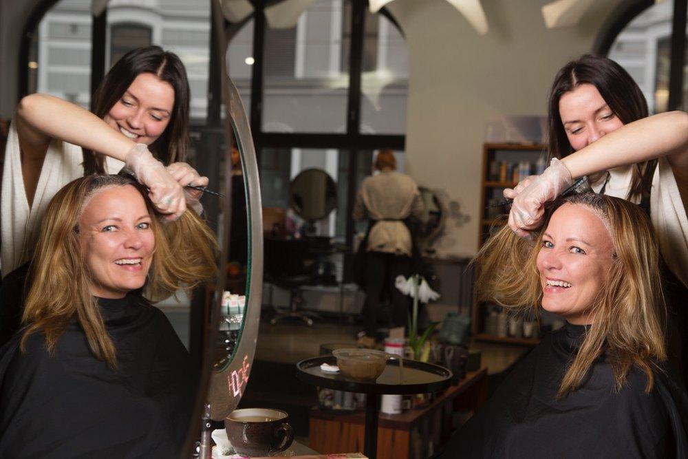 Jeg er hos frisøren! Frisøren heter Kristine og hun arbeider hos Hope Hair. Et luksusgode jeg har påtatt meg. Foto: Ellen Jarli/Allers.