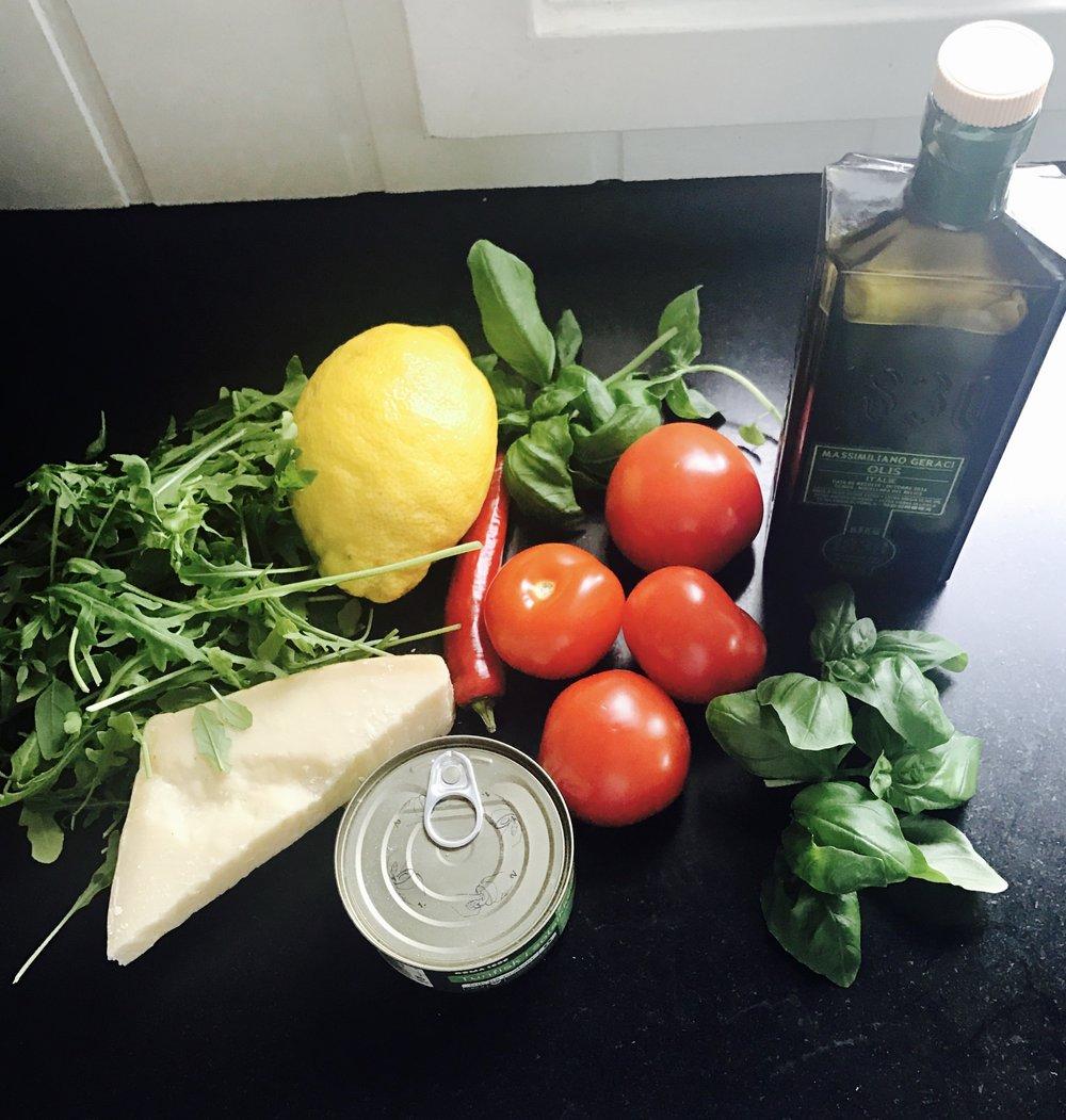 Tunfisk, tomater, frisk chili, sitron, ruccola, parmesan, frisk basilikum og olivenolje blir blandet sammen med fersk pasta. Det får jeg vel energi av!