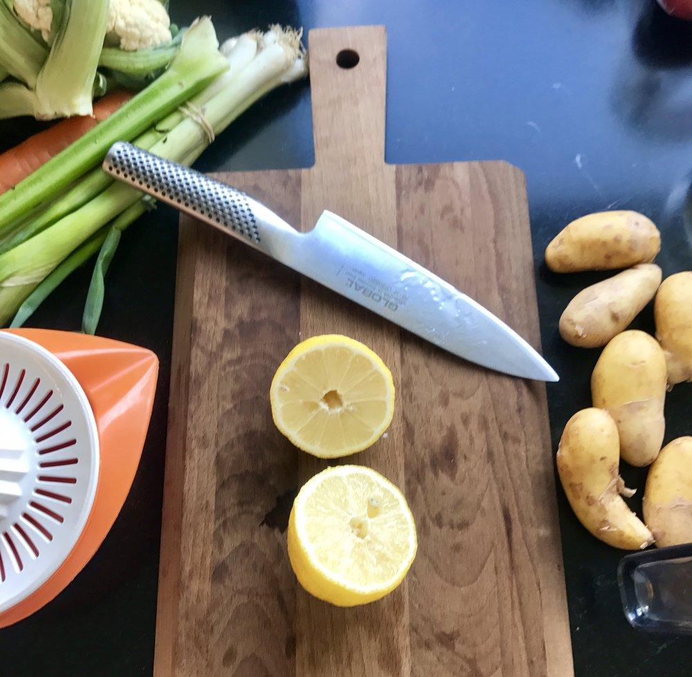 Hakk opp alle grønnsakene på forhånd. Og merk, jeg har alltid hvasse kniver. Det er et must for oss enarmede. Hvis ikke kniven er hvass, blir jeg sur.