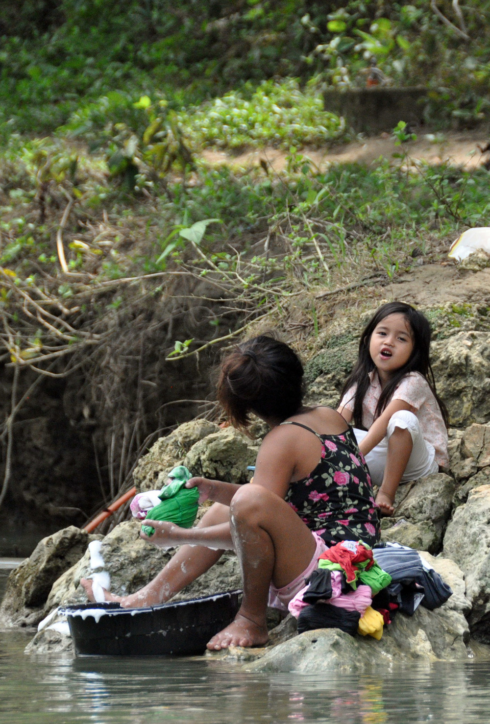 Philippines girls washing clothes