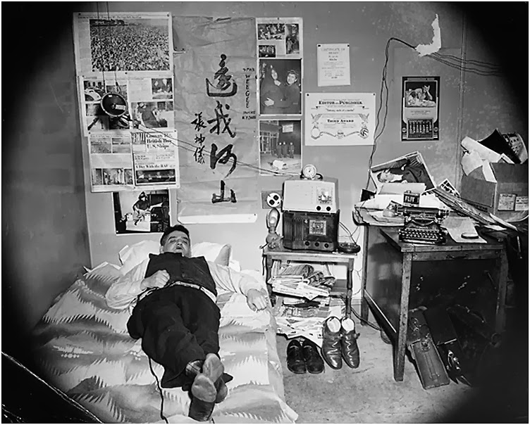 04 Weegee at his bedroom.jpg