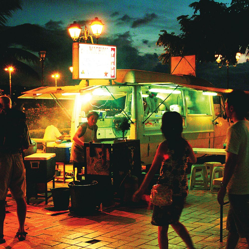 walking-papeete-local-food-truck-roulotte.jpg
