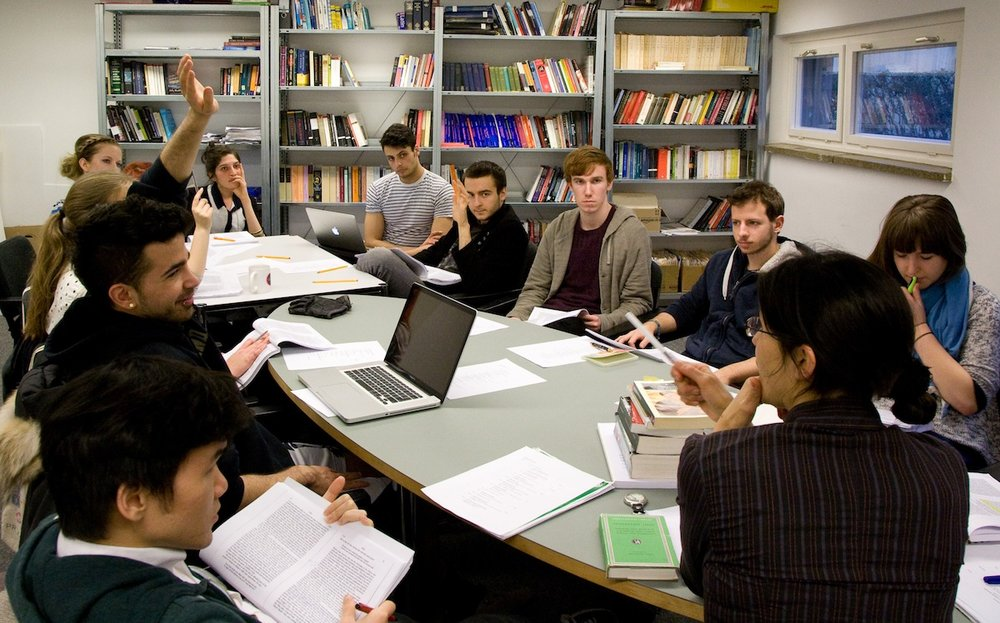 With the aim of improving reading and writing, fundamental competences that are evaluated by the OECD and the PLANEA test, a group of teachers of Social Sciences, Literature, and Arts developed research that they could use as material for their classes. The texts had a positive impact among the students and the activity allowed the teachers to enhance their research skills. -
