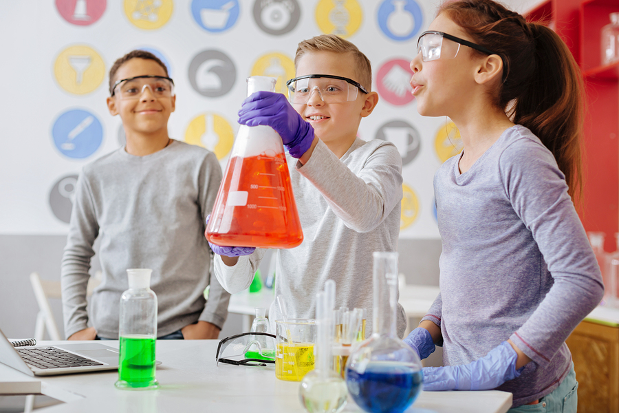 To reflect students' progress in the acquisition of competencies in the science laboratory, we designed an analytical rubric to define what is expected of the student. With this same rubric we can give assertive feedback about their performance in a personalized way. - Photo: Bigstock