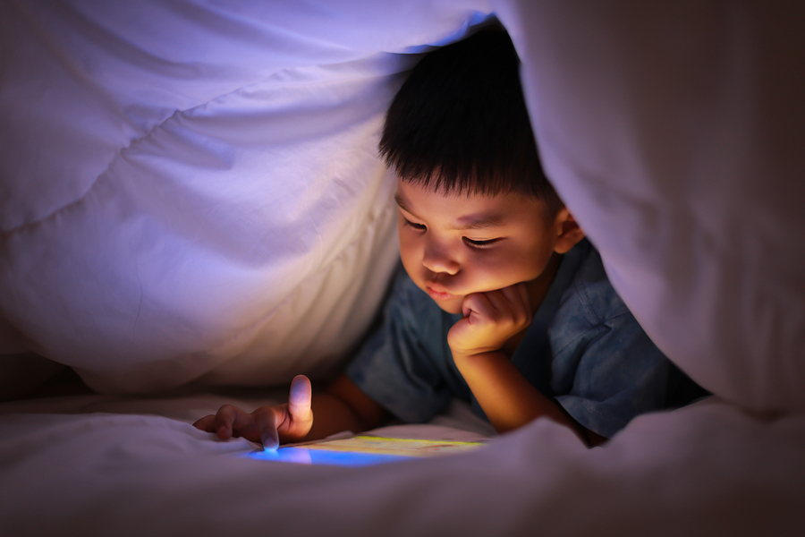 One out of 20 American children spends less than two hours in front of a screen, exercises, and sleeps well, according to The Lancet Child & Adolescent Health. - Photo: Bigstock