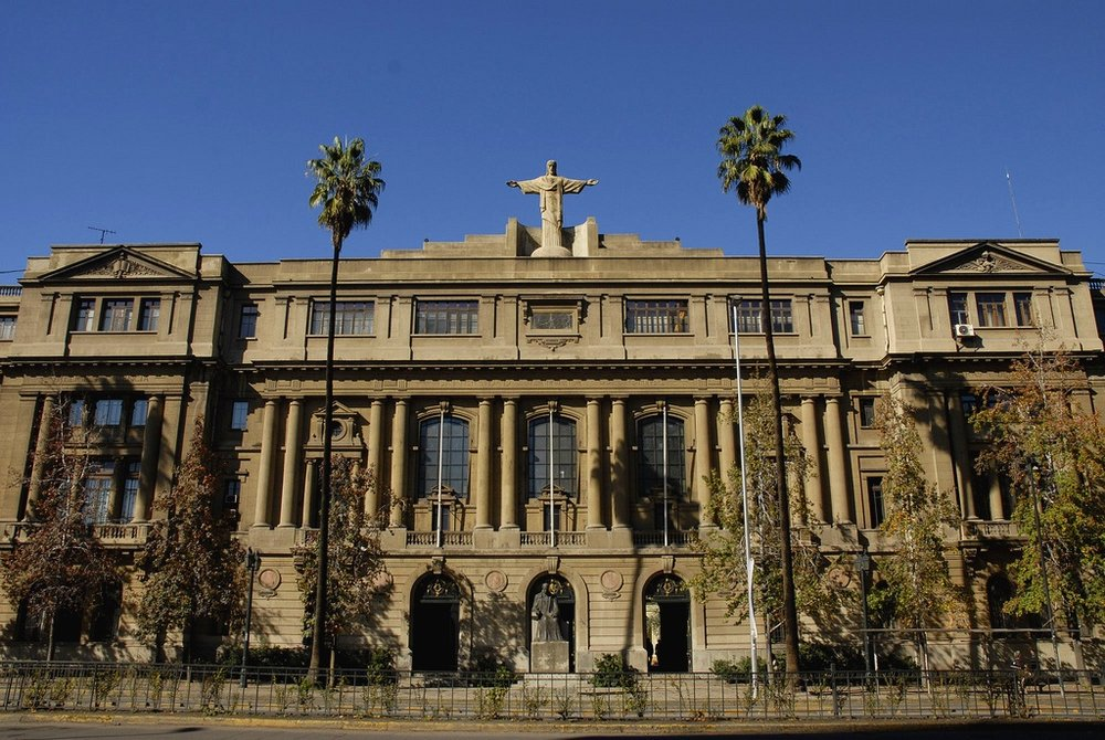 It is crucial that Latin American universities should not focus solely on giving access to knowledge, but also provide students with the skills necessary to relate and apply this knowledge with real situations. - Photo: Central House of the Pontificia Universidad Católica de Chile.