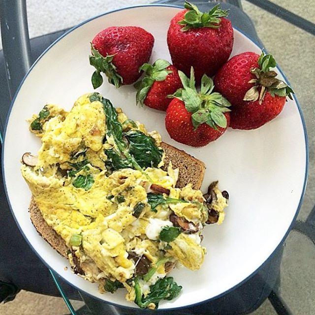 Start of your day right with a hearty breakfast accompanied by a piece of Spring Mill Herb toast. With this breakfast, you'll actually look forward to #wakingup! 📸: @rosey_rebecca 🙌🏼 . . . #yum #eat #wow #breakfast #eggs #amazing #love #delish #strawberries #healthy #eatlocal #sogood #waynepa #toast #brunch #sun #morning #wakeup