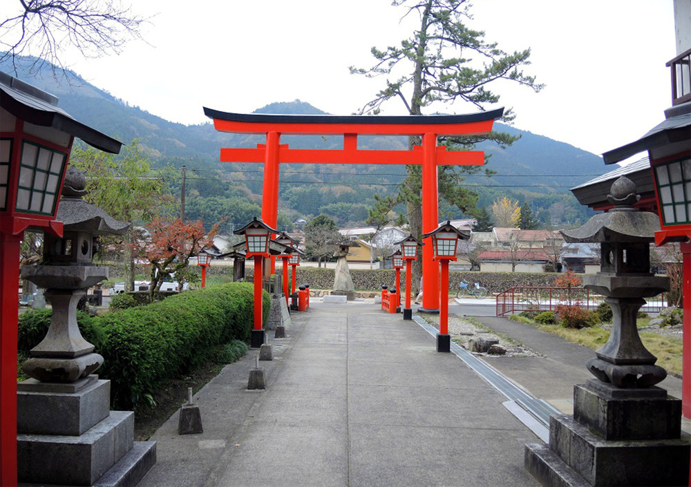 The red tori gate marking the entrance to a shrine in Tsuwano