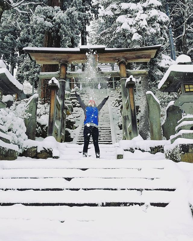 Day 5 of the #lovejapanoblong takeover by @japoblong 🇯🇵 . Nozawa Onsen is a beautiful little village hidden in the Nagano Alps. It retains its charm throughout all 4 seasons but winter is when it truly comes alive.❄️⛄ . #Japan #JapanBlogger #JapanLovers #JapanBloggers #Travel #wanderlust #nagano #nozawaonsen #visitjapan #winter #LoveJapan #snow #日本 #長野県 #野沢温泉 #冬 #雪